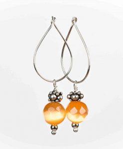 Flotte øreringe med ferskenfarvet cateye perler