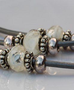 Læderkæde med perler
