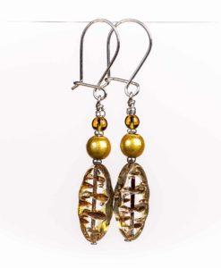 Øreringe med gylde farver