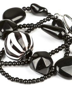 halskaede i sort og hvid