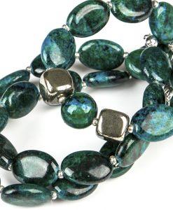 halskaede i groenne perler