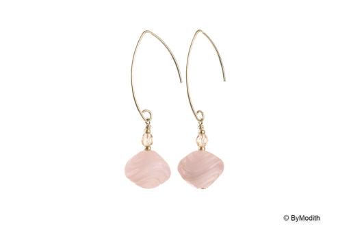 Oreringe med lyseroede perler